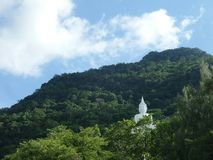 Grande Buddha bianco sulla montagna verde sotto cielo blu Fotografia Stock Libera da Diritti
