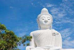 Grande Buddha nel cielo blu Phuket thailand immagine stock