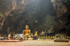 Grande Buddha per cerimonia è la grande caverna della Tailandia Fotografie Stock Libere da Diritti