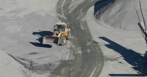 Grande bulldozer arancio moderno in una cava mining video d archivio
