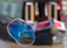 Grande bulle difforme devant le bateau de canal Images stock