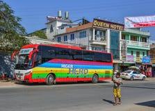 Grande bus sulla via in Pyin Oo Lwin fotografia stock libera da diritti