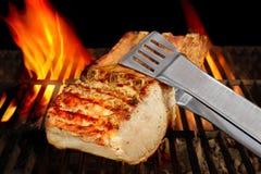 Grande côtelette des nervures de porc sur le gril flamboyant de BBQ photo libre de droits