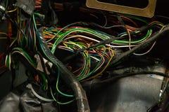 Grande cabo largo com fios coloridos e os conectores e terminais na oficina de repara??es prendendo e os eletricistas vermelhos e imagens de stock