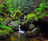 Grande cachoeira no meio da rocha fotos de stock royalty free