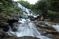 Grande caduta dell'acqua nella foresta dall'alta montagna in parco nazionale, Chiangmai, Tailandia Immagini Stock Libere da Diritti