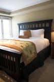 Grande cama confortável imagens de stock