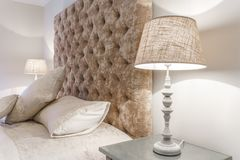 Grande cama confortável com lâmpadas da noite em um quarto Foto de Stock Royalty Free