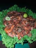 Grande camarão delicioso com especiarias e guarnição imagem de stock