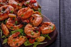 Grande camarão grelhado do BBQ com molho de pimentão doce, a cebola verde e fotografia de stock royalty free