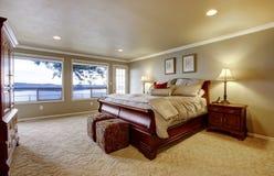 Grande camera da letto con la vista di legno dell'acqua e della base. Fotografia Stock