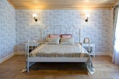 Grande camera da letto luminosa Fotografia Stock Libera da Diritti