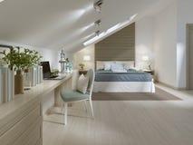 Grande camera da letto sul pavimento della soffitta in uno stile moderno Immagini Stock Libere da Diritti