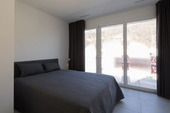 Grande camera da letto in un appartamento moderno immagine stock libera da diritti