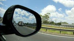 Grande caminhão na opinião da estrada do espelho do lado do carro filme