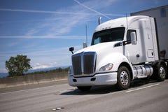 Grande camion bianco dei semi dell'impianto di perforazione con il rimorchio dei semi che guida da ampio inter immagine stock