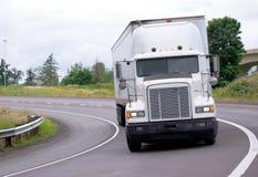 Grande camion classico bianco dei semi dell'impianto di perforazione con il rimorchio che risulta dal g fotografia stock libera da diritti