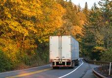 Grande camion dei semi dell'impianto di perforazione che trasporta il rimorchio dei semi con carico sul windi fotografia stock libera da diritti