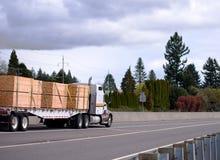 Grande camion potente dei semi dell'impianto di perforazione con trasporto del rimorchio dei semi del letto piano Immagini Stock Libere da Diritti