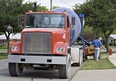 Grande camion rosso del cemento fotografia stock