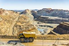 Grande camion utilizzato nella miniera a cielo aperto moderna in Minas de Riotinto e Immagine Stock Libera da Diritti