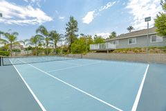 Grande campo de tênis que enfrenta o Norte e Sul para compensar fotos de stock