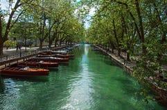 Grande canal com barcos e árvores no centro da cidade de Annecy histórico Imagens de Stock