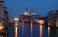 Grande canale di Venezia - vista di notte, Italia fotografia stock libera da diritti