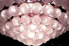 Grande candeliere con le chiare sfere di cristallo Immagini Stock