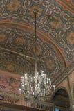 Grande candeliere decorato che appende sul soffitto nel corallo della sinagoga nella città di Bucarest in Romania Immagini Stock Libere da Diritti