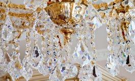 Grande candeliere dorato di lusso con il lotto dei cristalli nella macro Immagini Stock Libere da Diritti