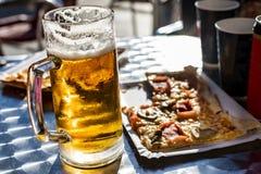 Grande caneca para cerveja da cerveja em um terraço imagem de stock