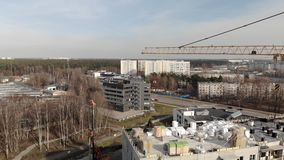 Grande cantiere con una grande gru - vista cinematografica aerea stock footage