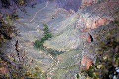 Grande canyon con la traccia alla parte inferiore immagine stock