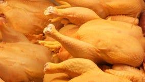 Grande carcassa del pollo sulla finestra o sul contatore di macelleria stock footage