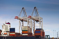 Grande cargaison de chargement de navire porte-conteneurs Photo libre de droits