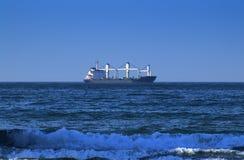 Grande cargo nella distanza che attraversa l'Oceano Indiano, fuori dalla costa di Durban, il Sudafrica Immagini Stock