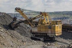 Grande caricatore dell'escavatore a cucchiaia rovescia nella cava in Ucraina Fotografia Stock