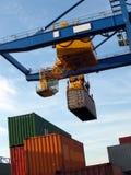 Grande carrello elevatore che impila i contenitori in porta Fotografie Stock Libere da Diritti