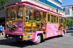 Grande carrello facente un giro turistico rosa di Grayline Fotografie Stock