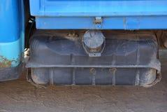 grande carro armato di benzina del ghisa grigio su un camion blu fotografia stock
