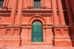 Grande casa antica con le colonne e vecchia porta di legno nella parte anteriore Fotografia Stock