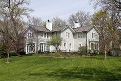 Grande casa bianca in sobborghi Fotografia Stock Libera da Diritti