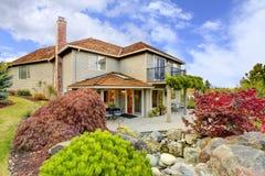 Grande casa clássica bonita exterior com telhado do cedro mim imagem de stock