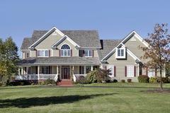 Grande casa con il portico di fronte ed il tetto del cedro Immagini Stock