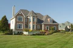 Grande casa con un garage delle tre automobili Fotografia Stock Libera da Diritti
