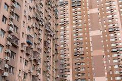 Grande casa de apartamento Cair dos condicionadores de ar em uma parede imagem de stock royalty free