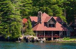 Grande casa de campo com telhado vermelho Imagem de Stock