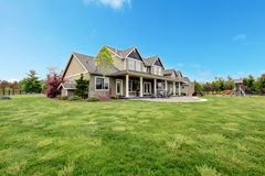 Grande casa de campo da exploração agrícola com paisagem do verde da mola. Fotografia de Stock Royalty Free