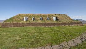 Grande casa de grama com Windows nas paredes da grama fotos de stock royalty free